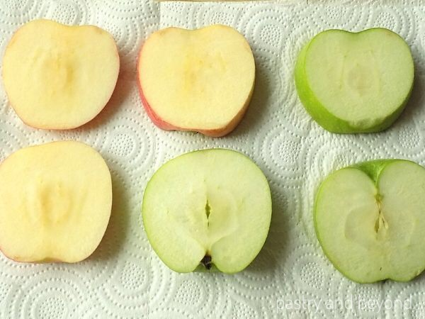 Sliced apples on a paper towel to remove the excess juice.